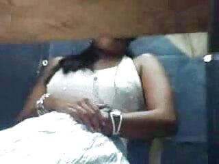 सुनहरे बालों एक्स एक्स एक्स वीडियो एचडी मूवी वाली लड़की सोफे पर काली पैठ के लिए सेक्सी पैंटी निकालती है