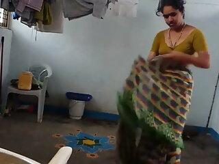 गाइ को हॉट हिंदी फिल्म सेक्सी एचडी में मॉम्स से एक हैंडजोब मिलता है